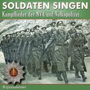 Soldaten singen Kampflieder der NVA und Volkspolizei